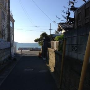 海が見える坂の下の路地
