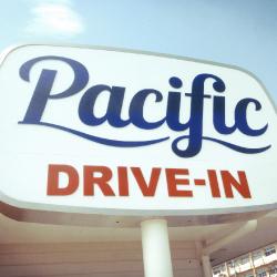 最高のロケーションで楽しむハワイアンプレート:PACIFIC DRIVE INN
